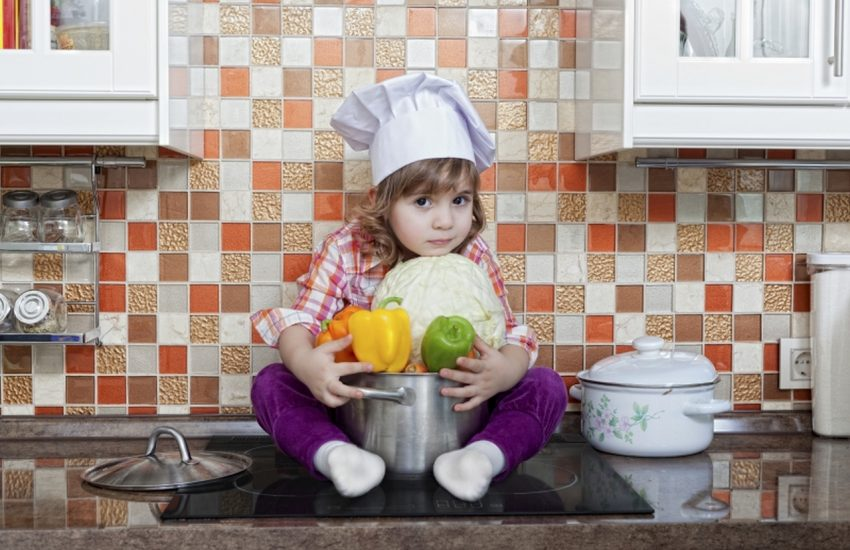 Jak bezpiecznie gotowac przy dziecku