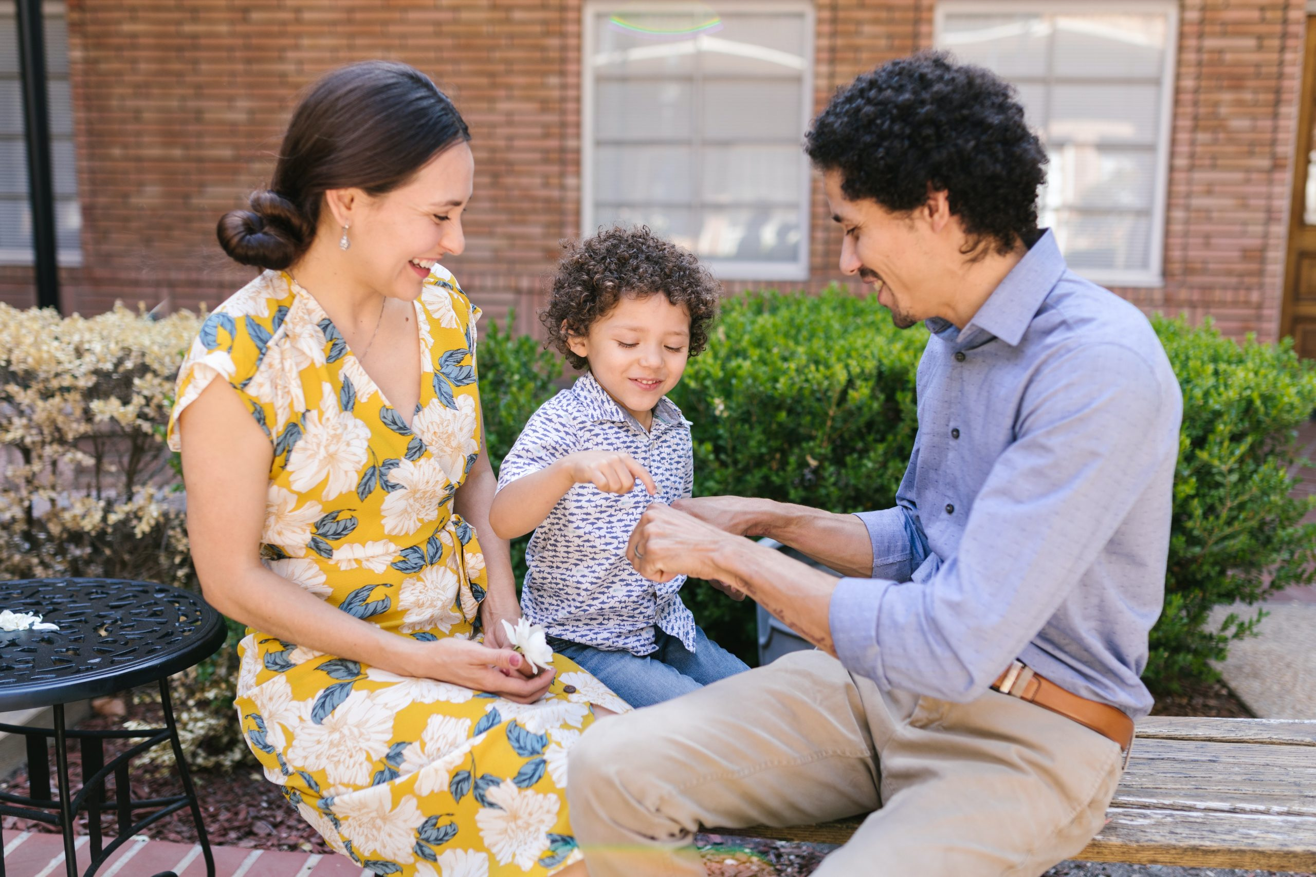 dziecko z rodzicami
