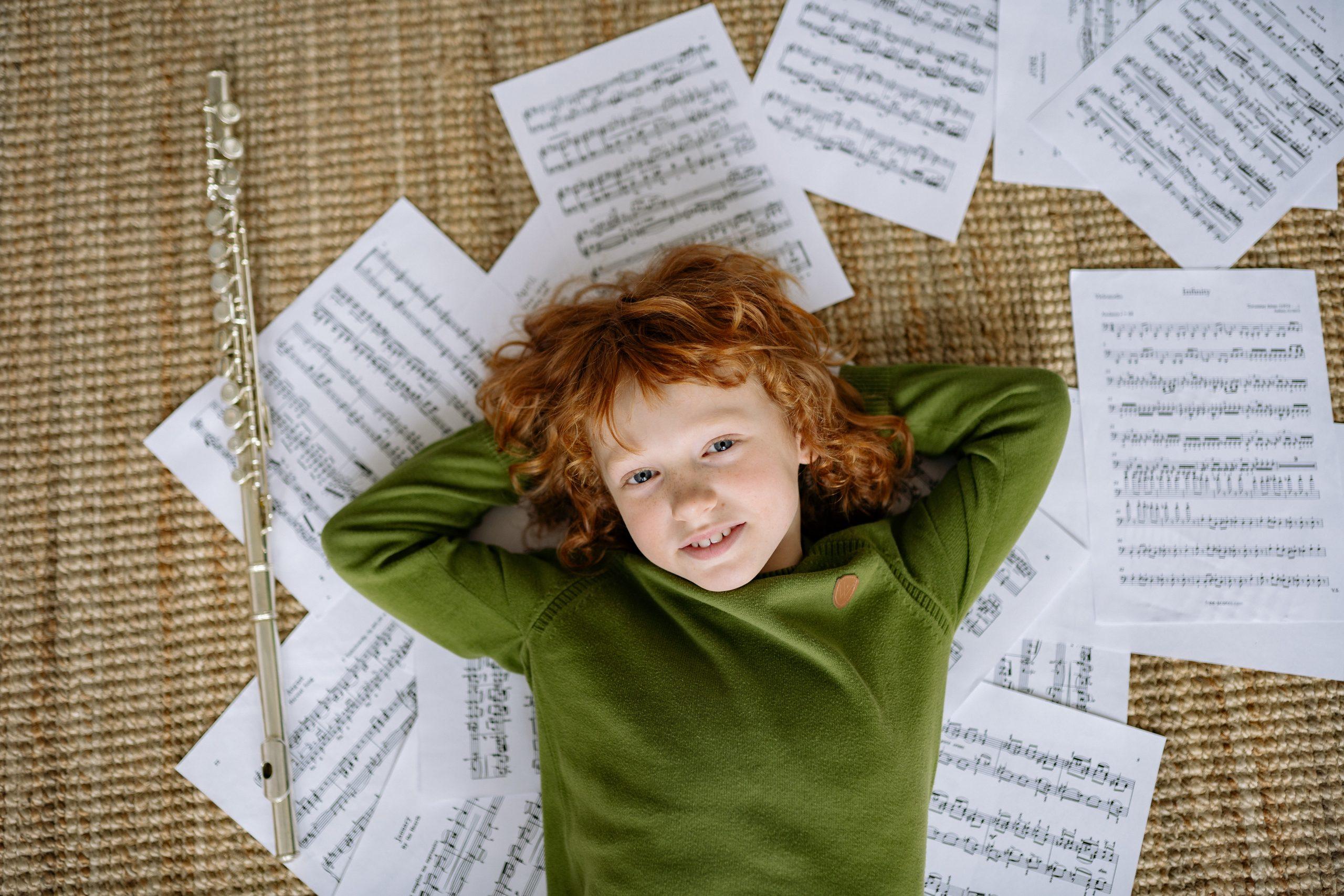chłopiec leżący na kartkach papieru